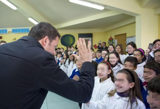 Renzi durante la sua visita a una scuola di  Siracusa