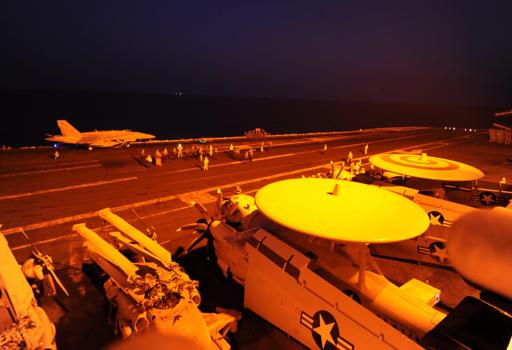 Gli aerei si preparano al decollo da una portaerei Usa nel Golfo (Us Navy)
