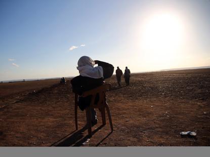 Un profugo curdo al confine con la Siria