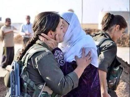 Una madre saluta la figlia che va a combattere contro Isis