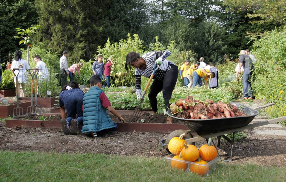 Michelle obama al lavoro nell orto della casa bianca for Cosa cercare nell ispezione finale della casa