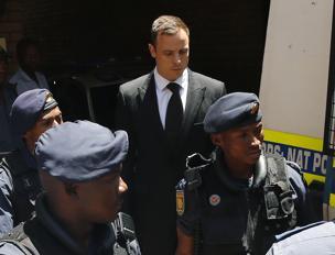 Pistorius portato via dagli agenti dopo la sentenza