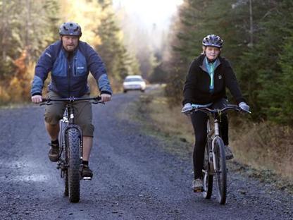 Kaci Hickox in bicicletta con il fidanzato (Ap)