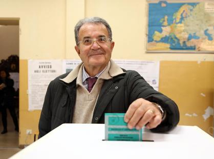 L'ex premier Romano Prodi vota in un seggio di Bologna