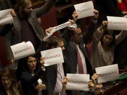 La protesta in Aula dei deputati di M5S