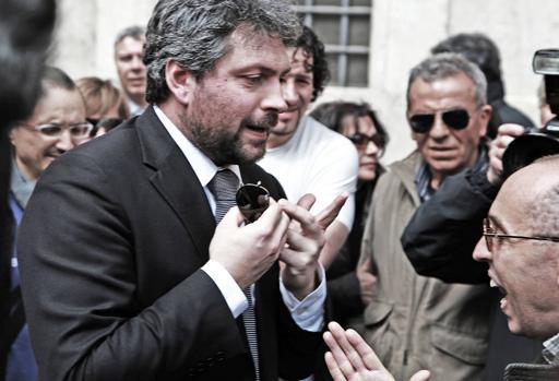 Massimo Artini, uno dei dissidenti, contestato in piazza Montecitorio a febbraio (Fotogramma)