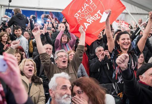 L'esultanza dei sostenitori di Syriza (Epa)