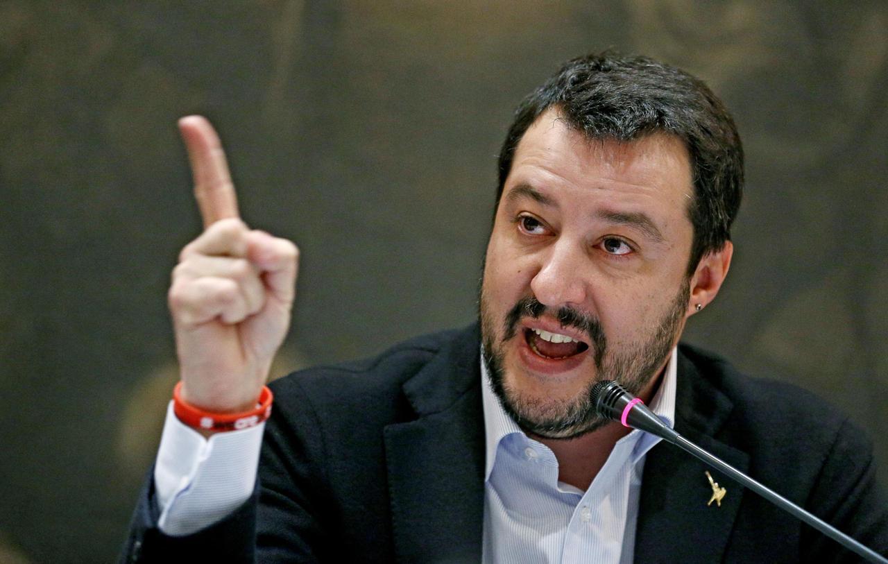 Matteo Salvini chiede un rimedio per la febbre, Nina Moric gli consiglia l'arsenico: polemica su Twitter