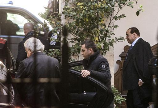 Berlusconi lascia Palazzo Grazioli per recarsi all'incontro con Renzi (Ansa)