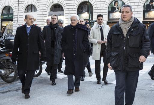 Roma, Mattarella si dirige a piedi a far visita a Napolitano
