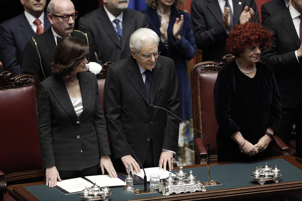 Mattarella perde per un attimo i fogli - Corriere.it