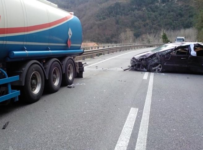 Borgo a Mozzano, l'auto colpita dal masso (Foto Luccaindiretta.it)