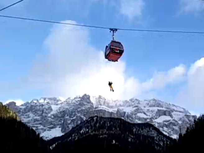 La cabinovia bloccata in Val Gardena: le operazione di soccorso