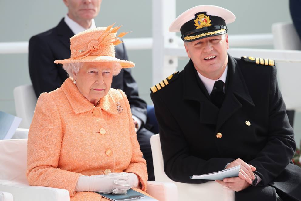La regina elisabetta al varo della britannia gigante dei for Ponte delle cabine di rapsodia dei mari 2