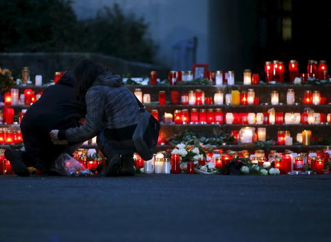 Candele e preghiere fuori dal liceo tedesco di Haltern am See: morti 16 studenti e due professori (Reuters)