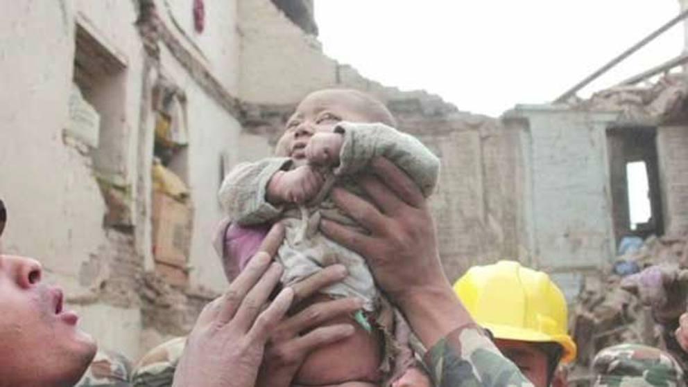Nepal, neonato salvato dopo 22 ore di ricerche! (foto)