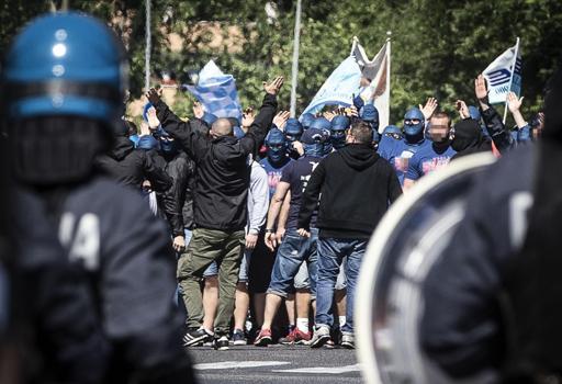 I tifosi del Wisla Cracovia, incappucciati, all'Olimpico per tifare Lazio