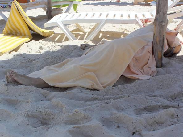 Una donna rimasta vittima della sparatoria in spiaggia (Reuters/Amine Ben Aziza)