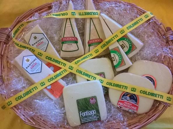 Confronto di formaggi italiani �veri� e �taroccati� eseguito dalla Coldiretti a Expo in occasione della Giornata del latte del 29 maggio (Ansa)