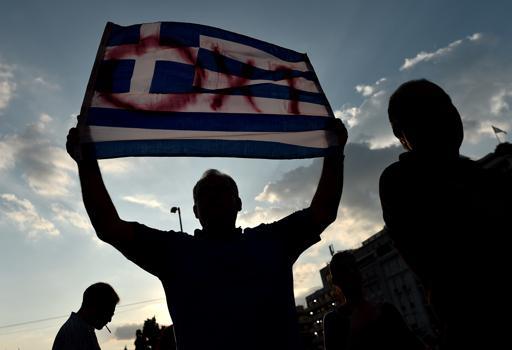La scritta �No� (Oxi) sulla bandiera greca (Afp)