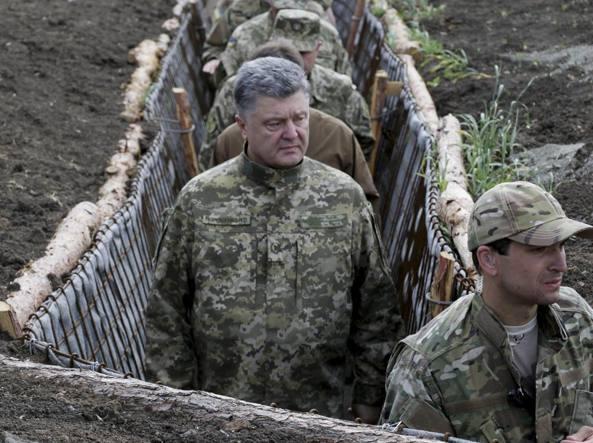 Poroshenko durante una visita ai militari in Ucraina (Epa)