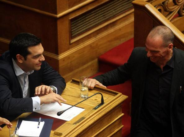 Il premier greco Alexis Tsipras e il ministro delle Finanze Yanis Varoufakis  in parlamento  (Epa)