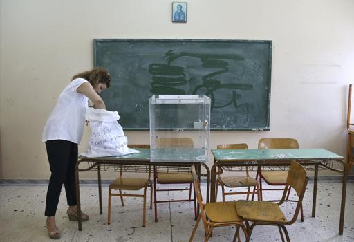 Preparativi in una scuola di Atene che sar� usata come seggio (Reuters)