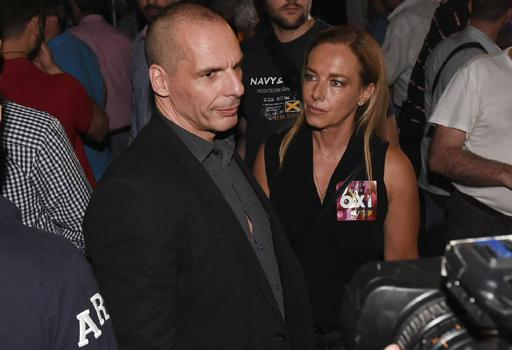 """Varoufakis con la moglie Danae a una manifestazione per il """"No""""  (Reuters)"""