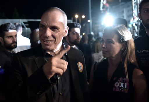 """Varoufakis in compagnia della moglie Danae a una manifestazione per il """"No""""  (Reuters)"""