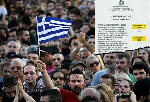 """I sostenitori del """"No"""" in piazza e nel riquadro la scheda del referendum"""
