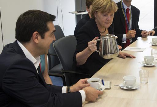 Tsipras e Merkel durante l'incontro con  Juncker e Hollande prima dell'Eurosummit