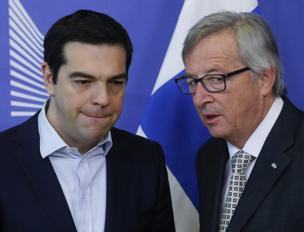 Il premier greco Tsipras e Jean Claude Juncker (Epa)