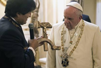 Un Crocifisso con falce e martello: il dono di Morales a Papa Francesco