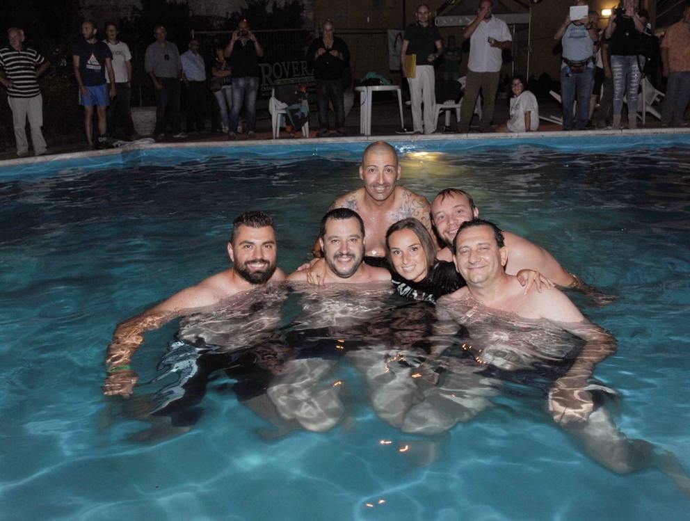 Salvini bagno notturno in piscina for Bagno della piscina