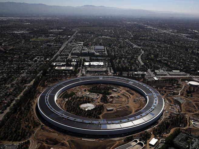 Apre l'astronave di Apple, arrivano i primi dipendenti foto