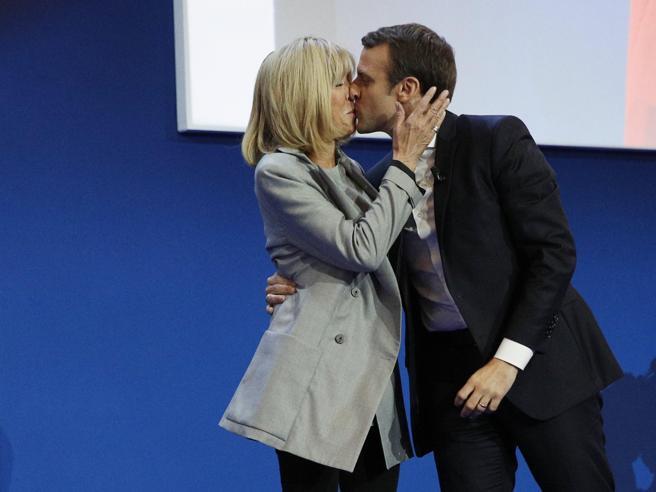 Il candidato e la sua ex insegnante, quell'amore sbocciato in classe: la storia che appassiona la Francia