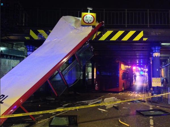 Autobus a due piani si schianta contro un ponte tetto for Piani di ponte ottagonale