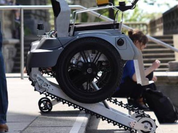 la sedia a rotelle che sale le scale grazie ai cingoli