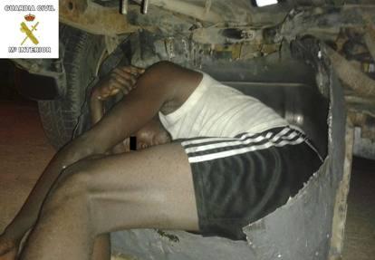 Melilla, nascosti al posto della ruota di scorta per entrare in Europa