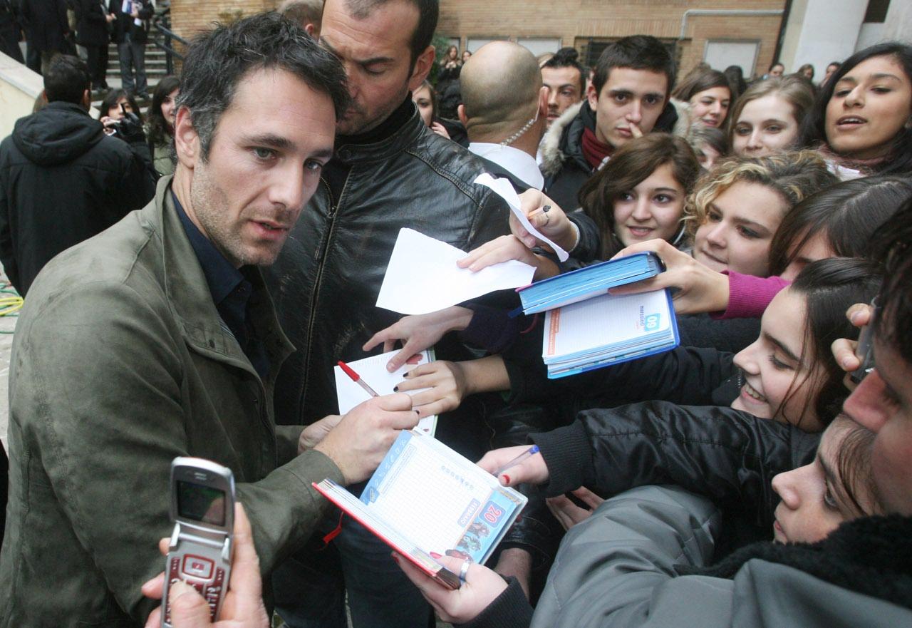 Auguri a raoul bova l attore spegne 44 candeline - Giulio iacchetti interno italiano ...