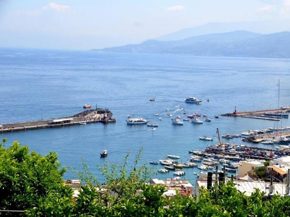 Una foto del porto di Capri  (Ansa)