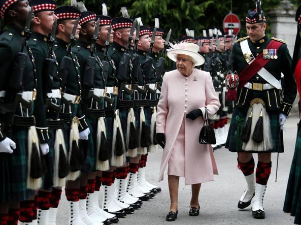 Elegante ma mai alla moda i trucchi della regina for Quanto costa la corona della regina elisabetta