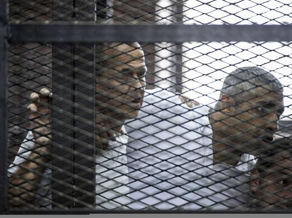 Peter Greste e i colleghi Mohamed Fahmi e Baher Mohammed (Afp)