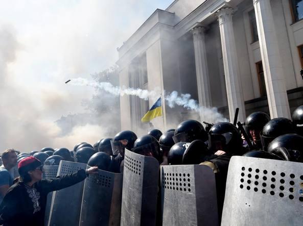 Scontri a Kiev (Afp)