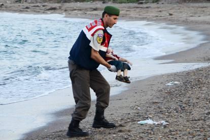 La foto del bambino che scuote il mondo: le tragedie in uno scatto