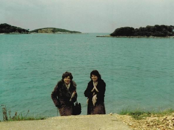 Maria Corti (a sinistra) in compagnia di un'amica nel 1985 a Ksmail, nel Sud dell'Albania (Foto Fondazione Corti)