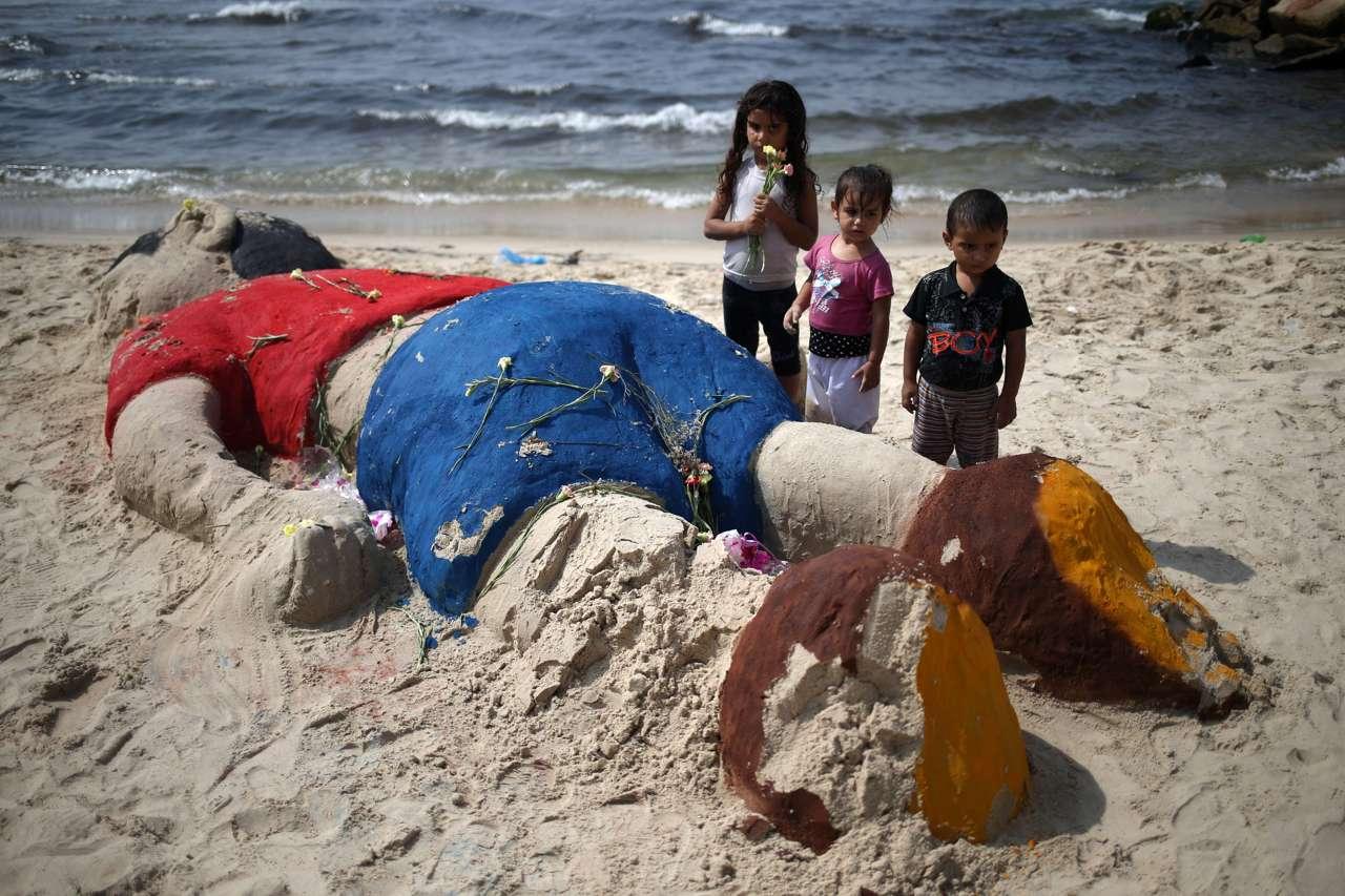 La protesta in spiaggia per ricordare aylan for Disegni moderni della casa sulla spiaggia