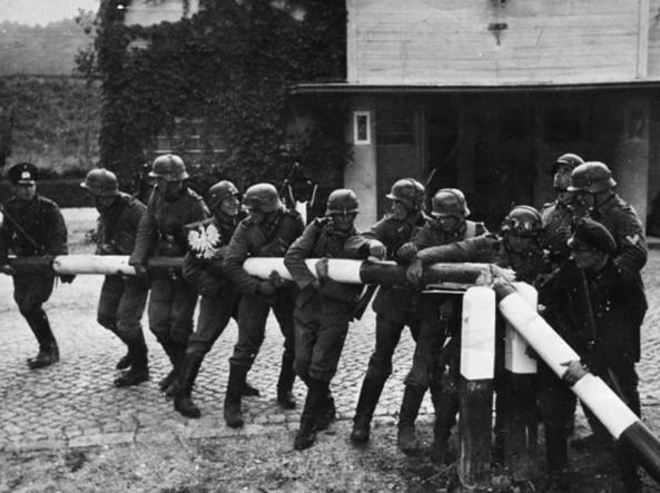 I soldati tedeschi rimuovono la sbarra di confine con la POlonia il 1° settembre 1939: inizia l'invasione (archivio Rcs)