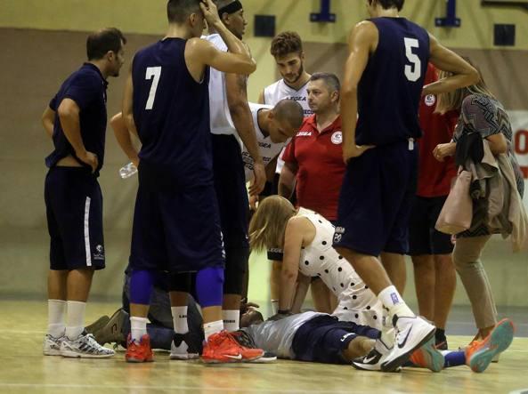 Alessandro Pagani viene soccorso dopo il grave malore accusato durante la partita di basket (Ansa)