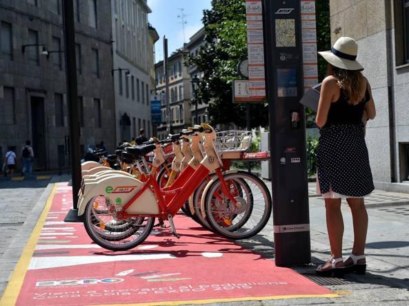 Il bike sharing della città di Milano  (Fotogramma)